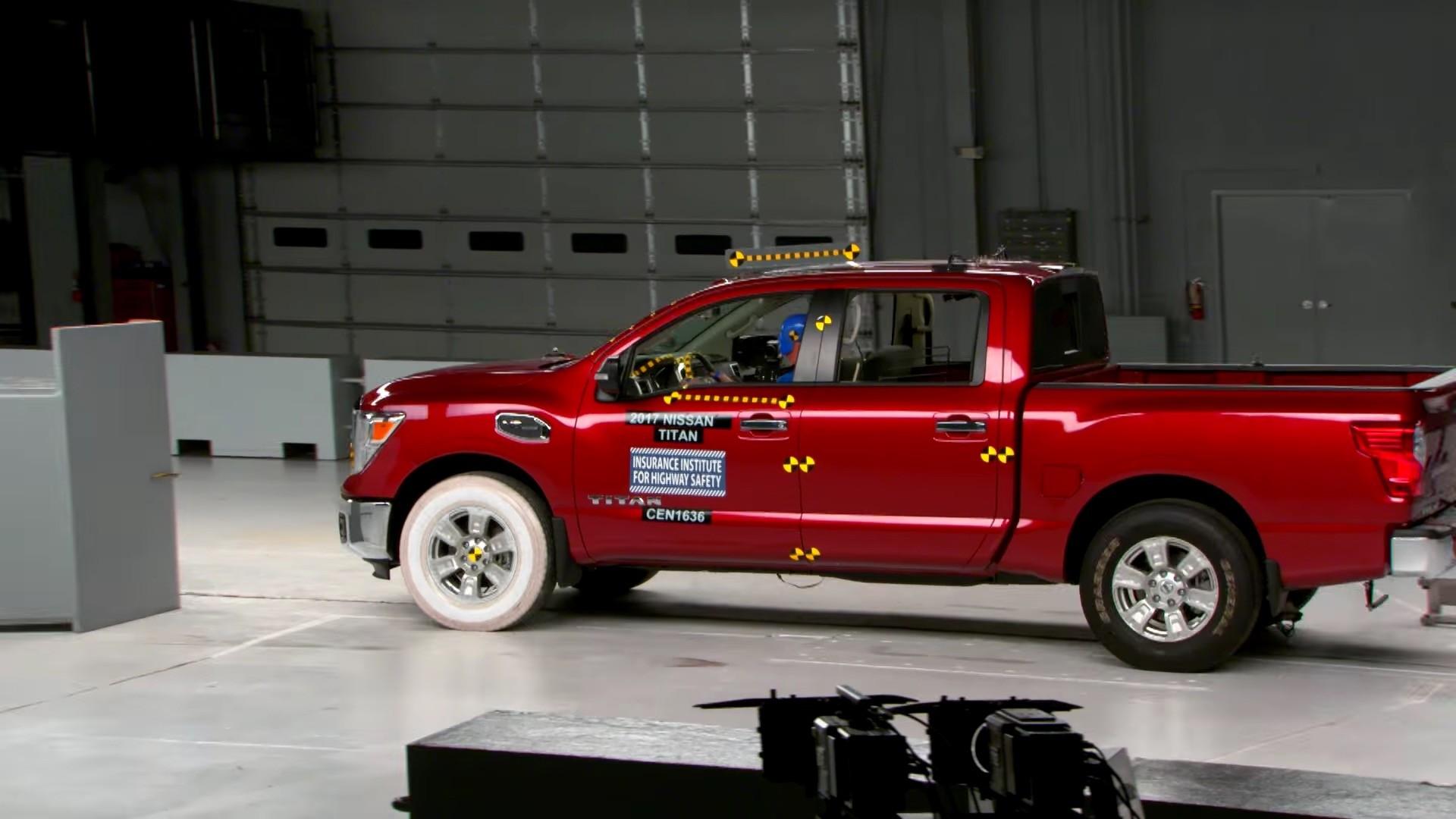 2017 nissan titan crew cab rated marginal in small overlap iihs crash test autoevolution. Black Bedroom Furniture Sets. Home Design Ideas
