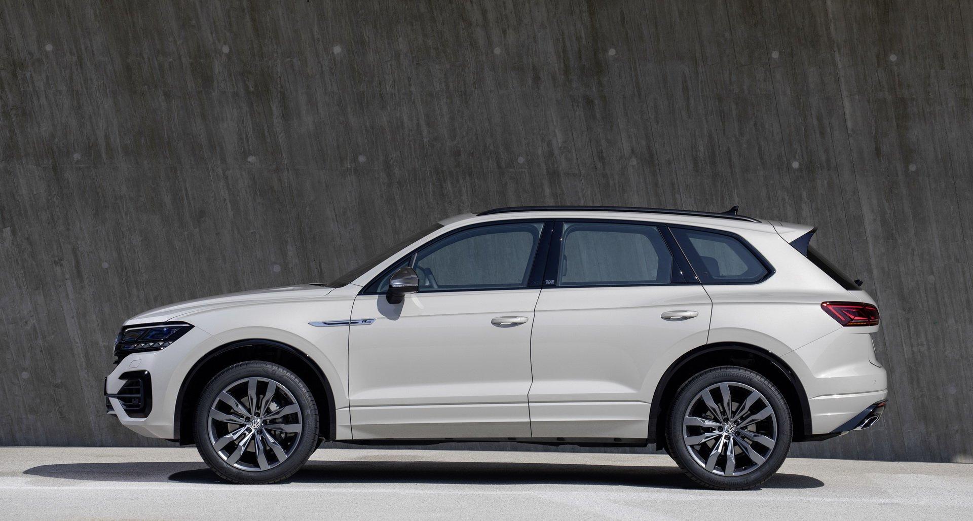 Watch a Fake VW Touareg Falling Through Ice on Live TV