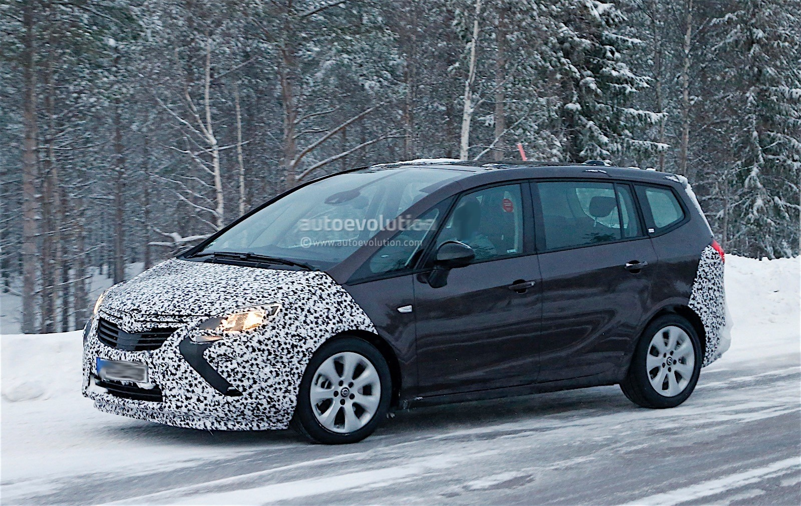 2017 opel zafira facelift spied with less camouflage autoevolution. Black Bedroom Furniture Sets. Home Design Ideas