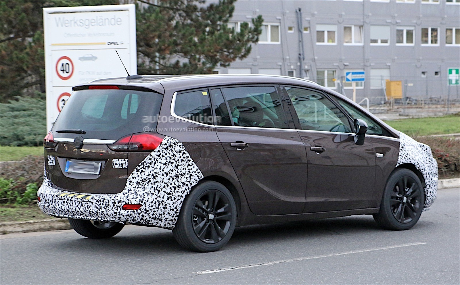 opel zafira facelift spied with revealing camouflage autoevolution. Black Bedroom Furniture Sets. Home Design Ideas