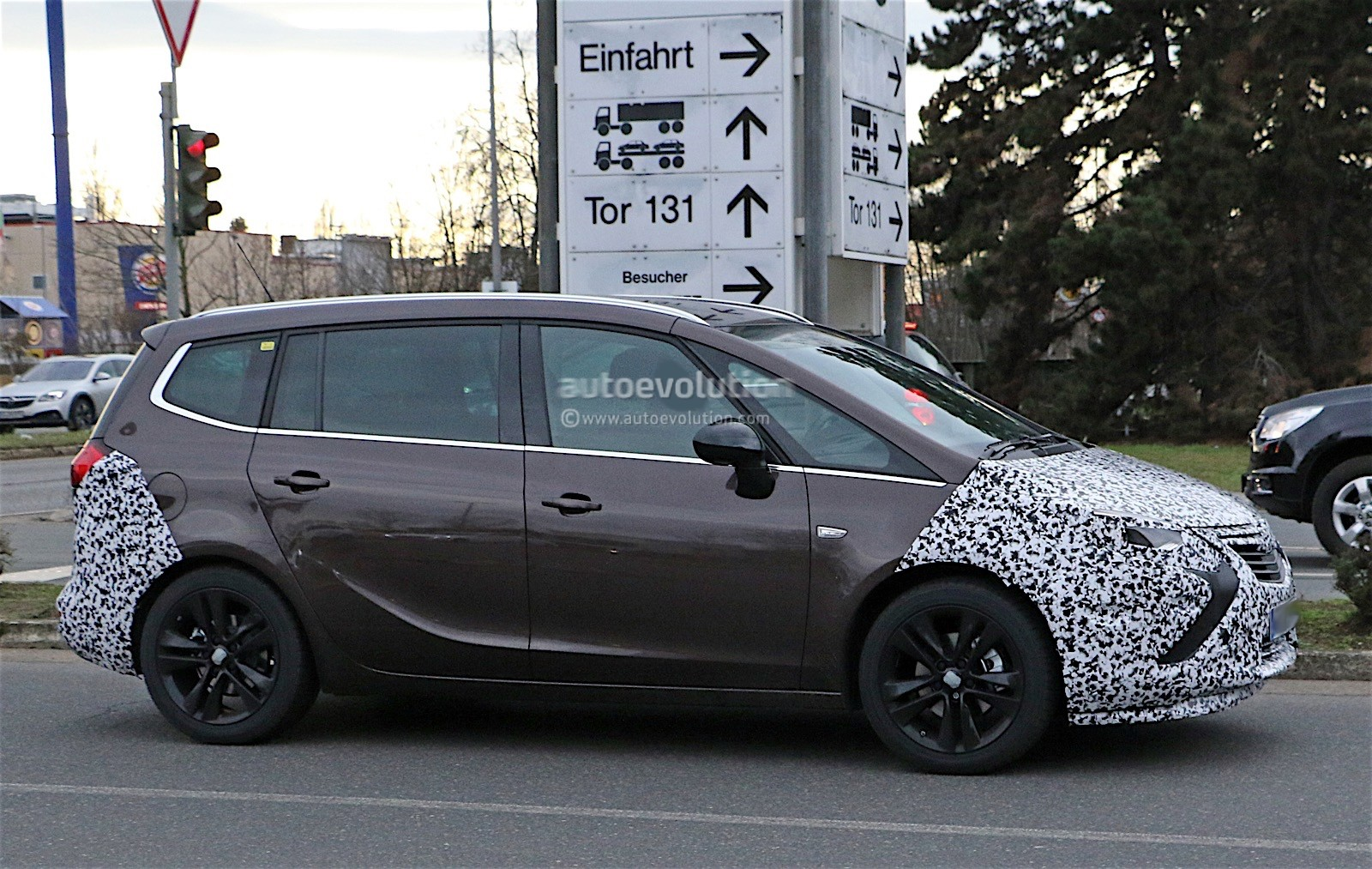 opel zafira facelift spied with revealing camouflage. Black Bedroom Furniture Sets. Home Design Ideas