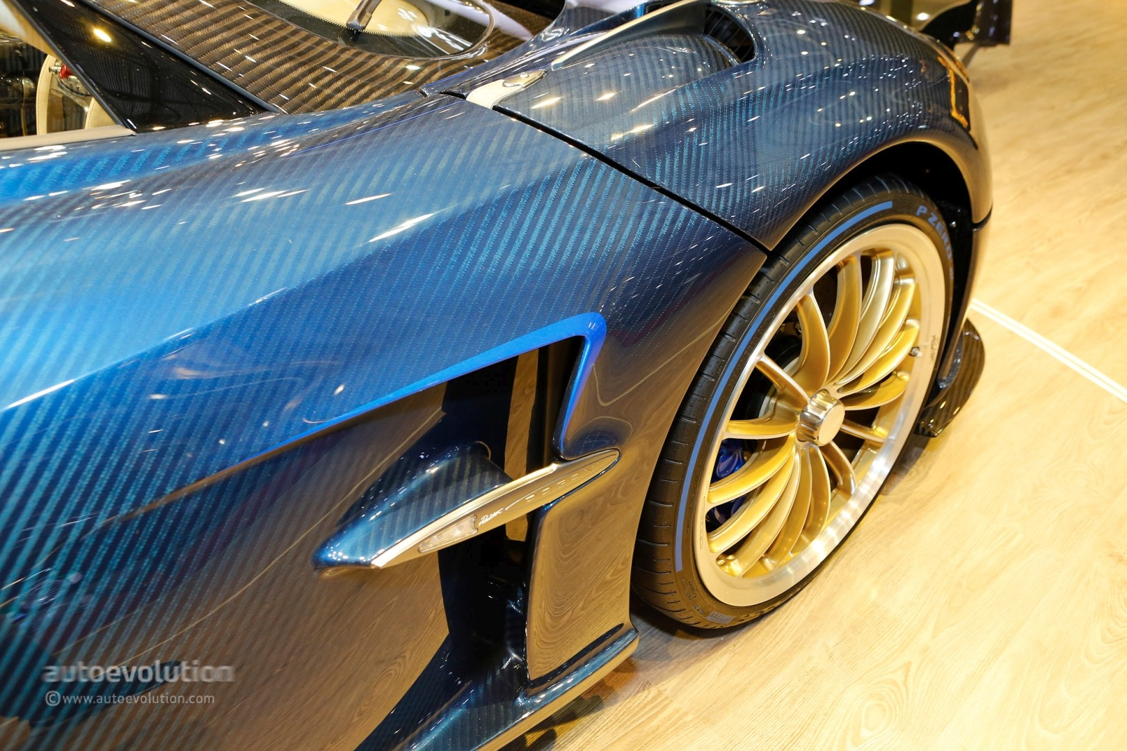 Pagani Huayra Roadster Looks Like 2 4m In The Flesh Drops Carbon Top In Geneva Autoevolution