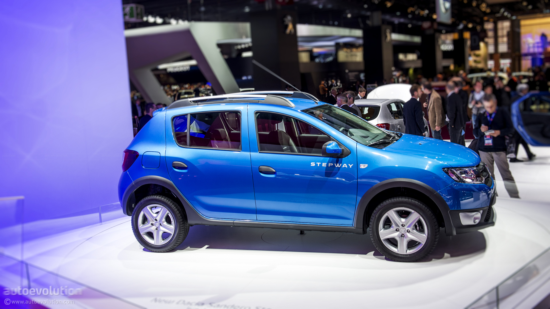 paris 2012 dacia sandero stepway live photos autoevolution. Black Bedroom Furniture Sets. Home Design Ideas