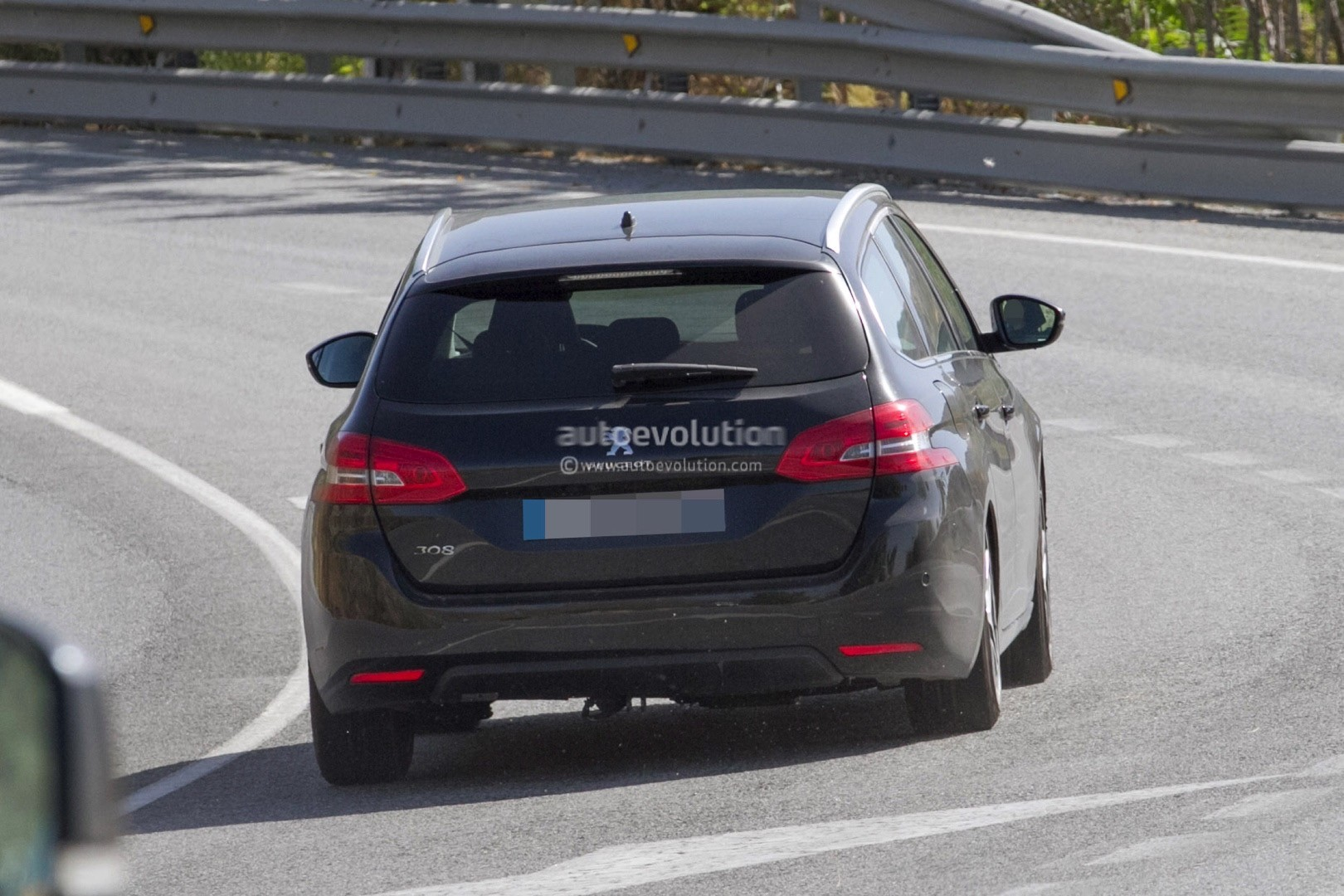 2017 - [Peugeot] 308 II Restylée - Page 11 Peugeot-prepares-to-facelift-308-model-lineup-for-2017_10