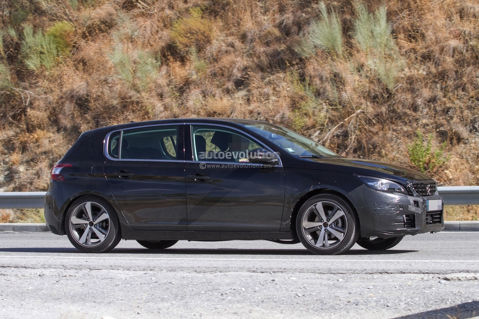 2017 - [Peugeot] 308 II Restylée - Page 11 Peugeot-prepares-to-facelift-308-model-lineup-for-2017_4