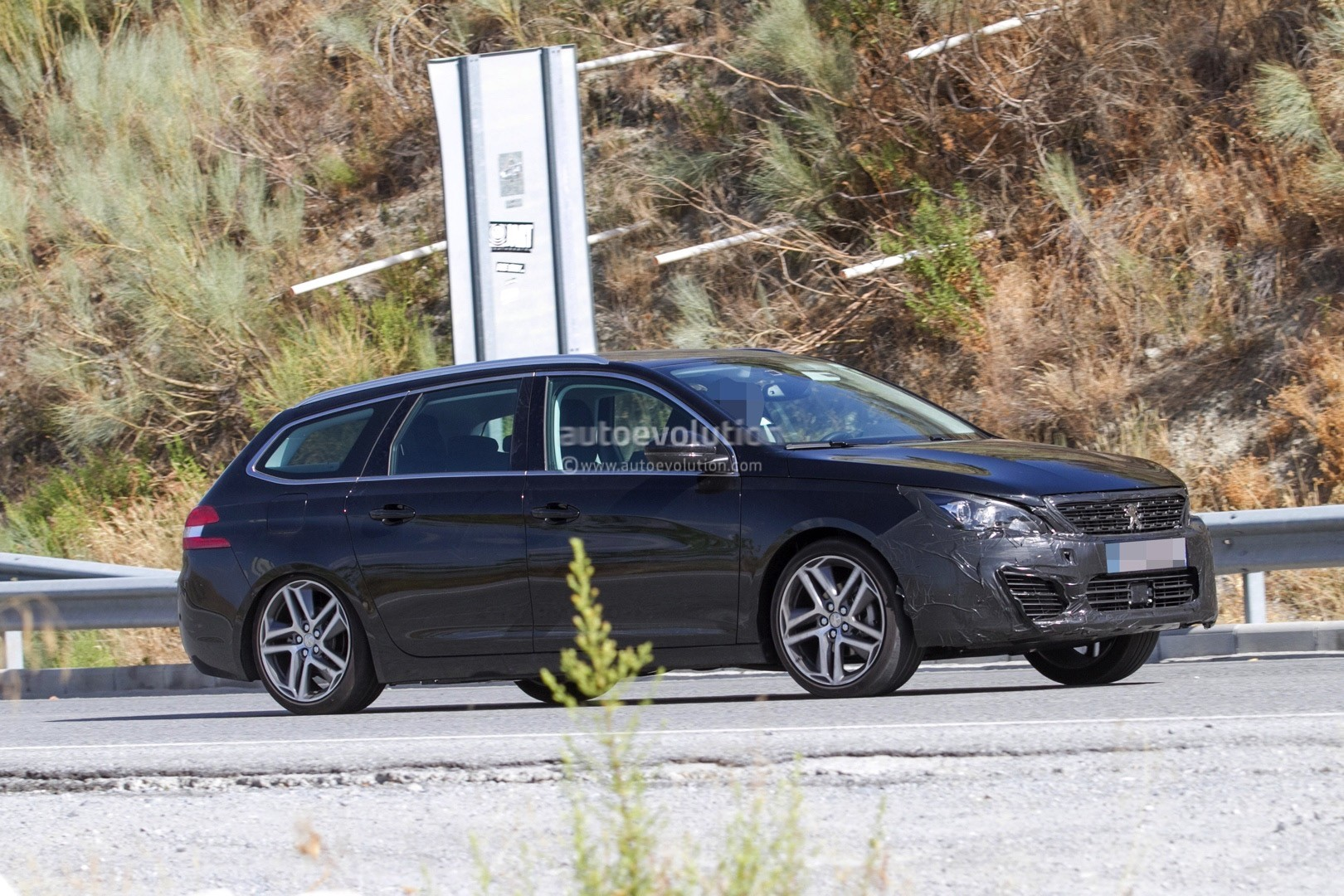 2017 - [Peugeot] 308 II Restylée - Page 11 Peugeot-prepares-to-facelift-308-model-lineup-for-2017_7