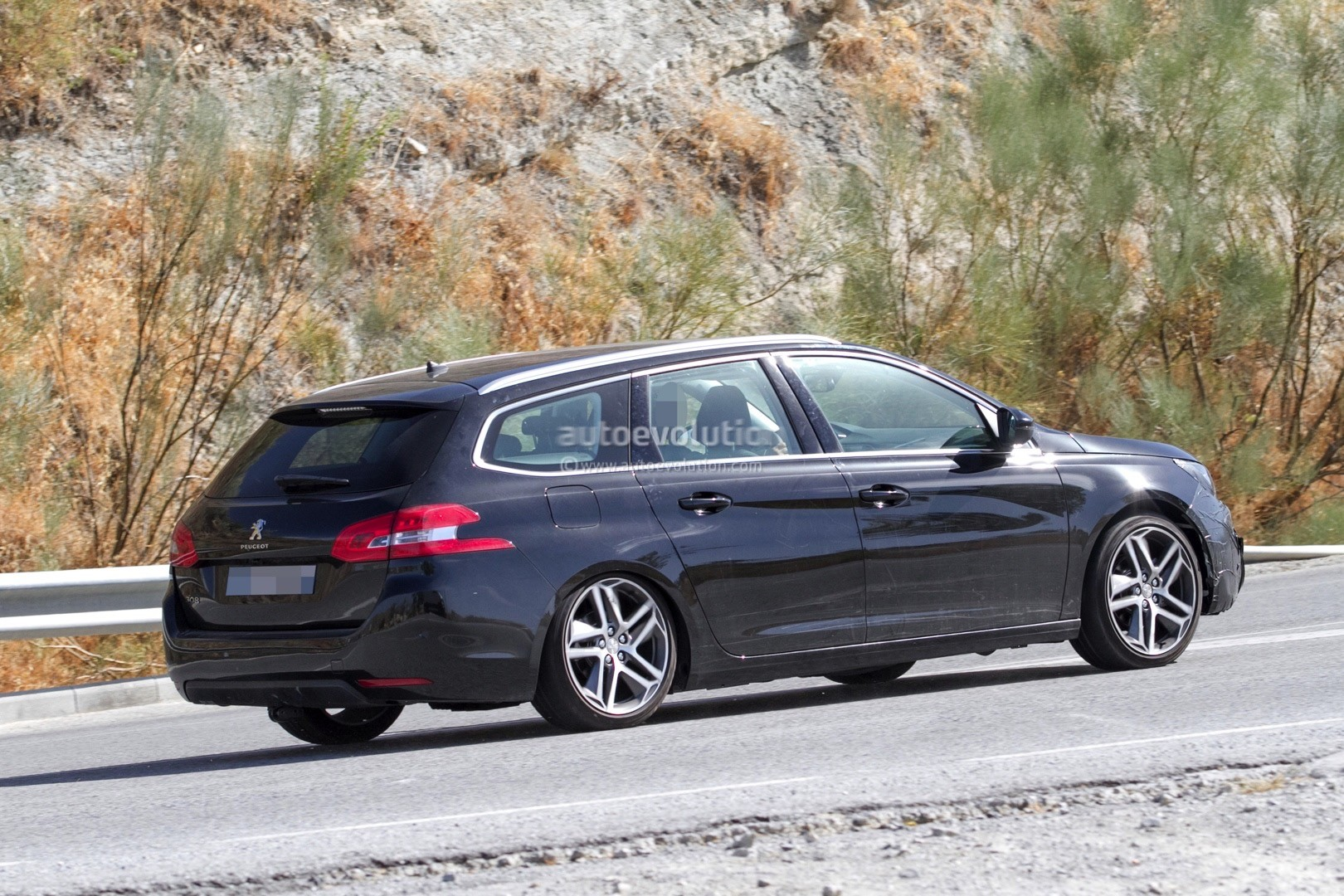 2017 - [Peugeot] 308 II Restylée - Page 11 Peugeot-prepares-to-facelift-308-model-lineup-for-2017_9