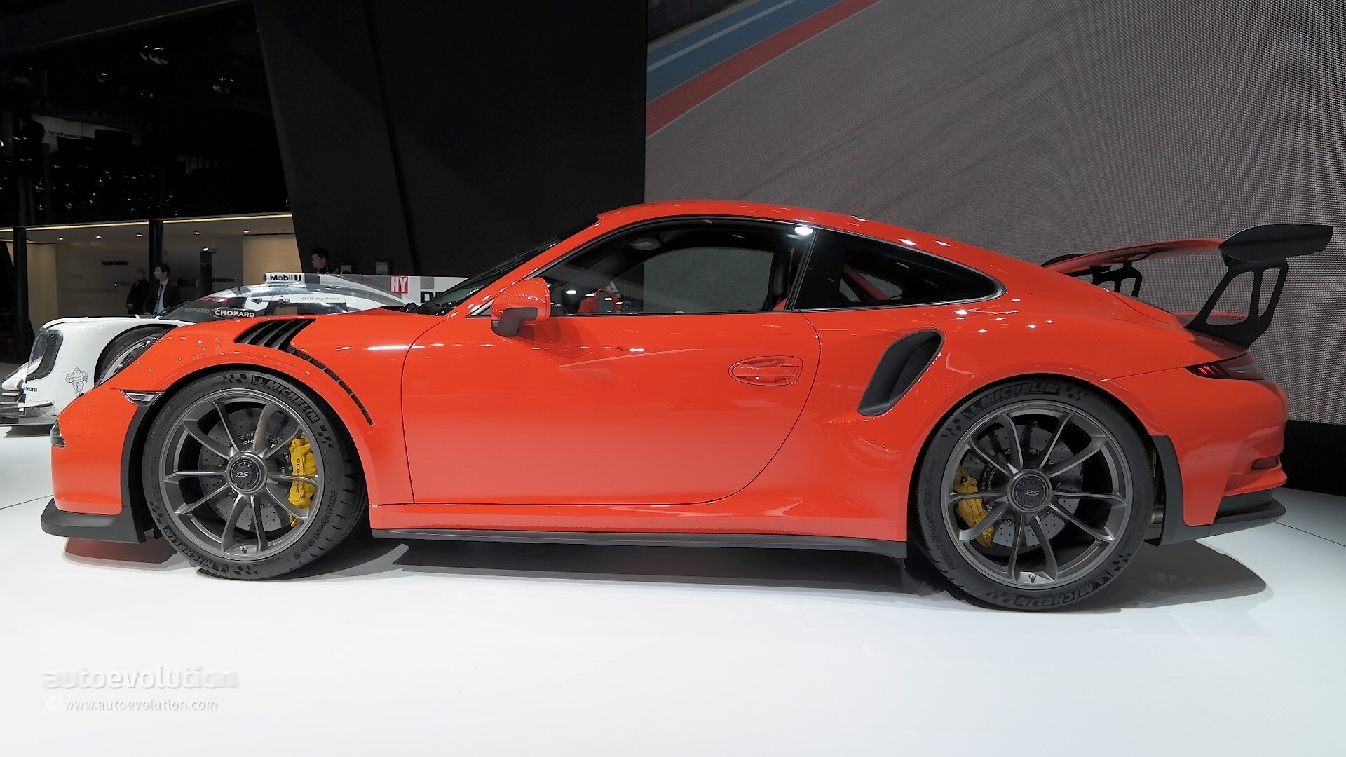 Porsche 911 GT3 RS Gets 911 RSR Mid-Engined Racecar Livery
