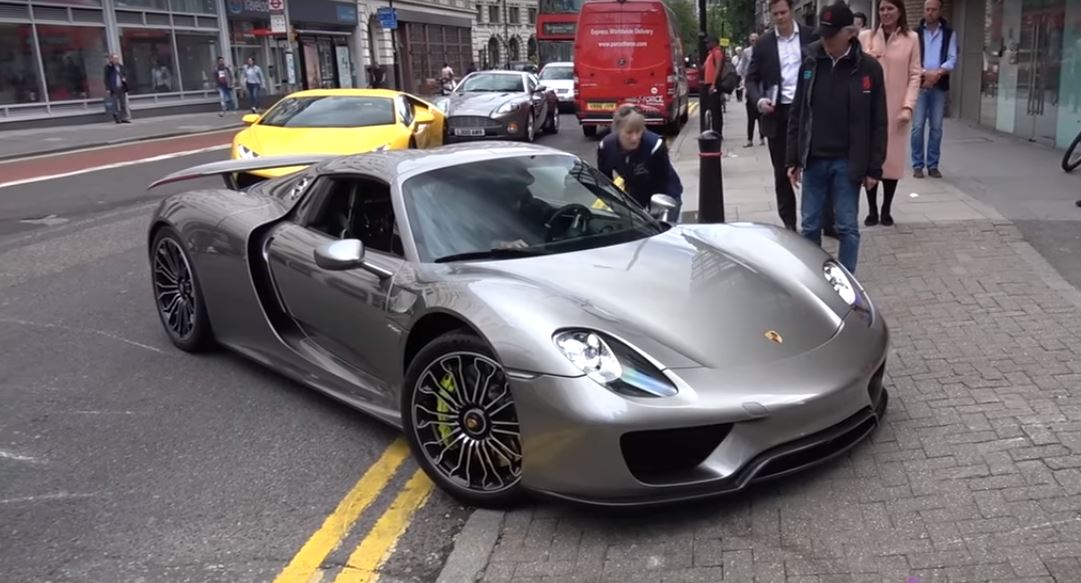 porsche 918 spyder driver scrapes carbon front lip in london nose lift fail autoevolution. Black Bedroom Furniture Sets. Home Design Ideas