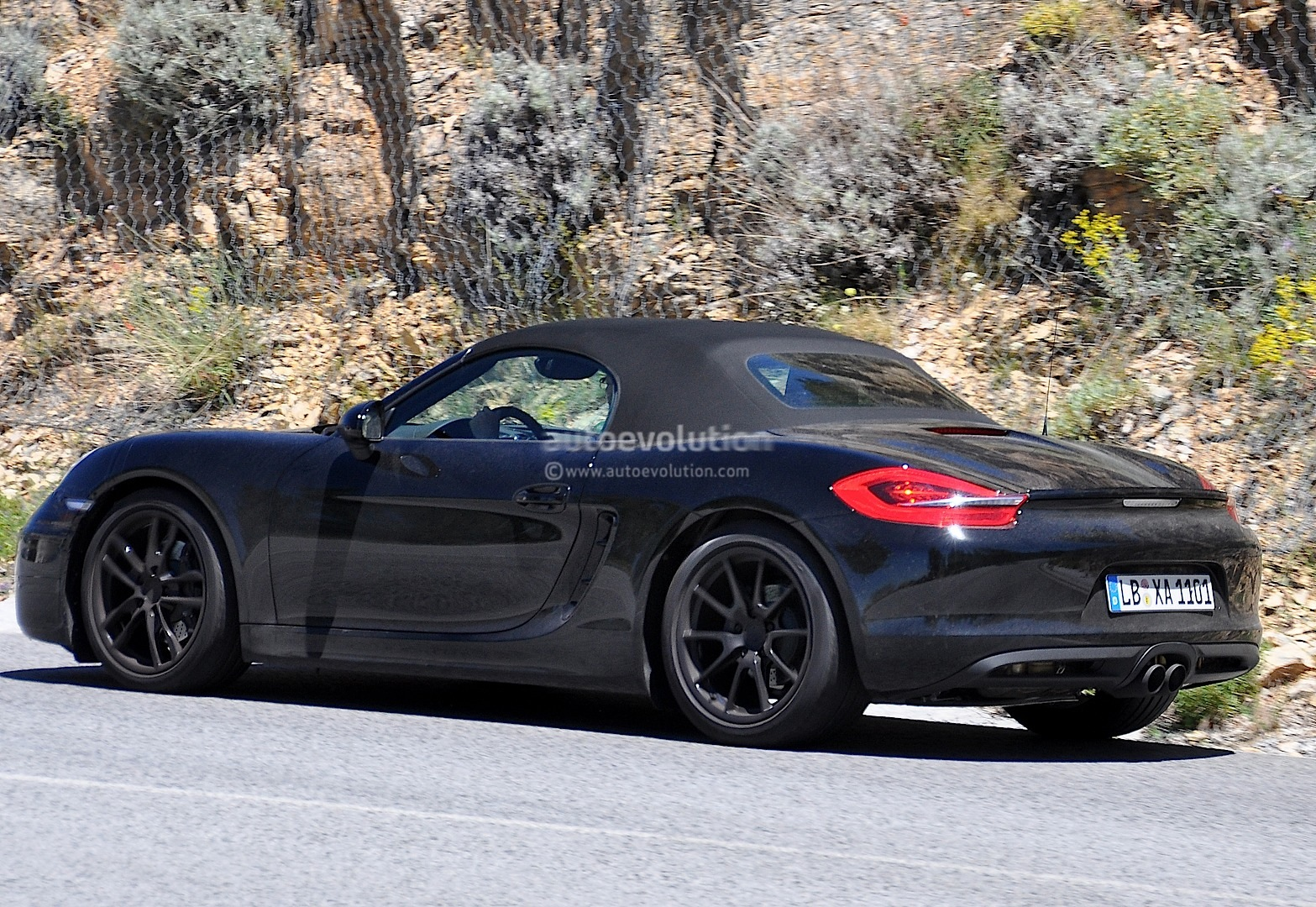 2016 - [Porsche] 718 Boxster & 718 Cayman [982] Porsche-boxster-facelift-prototype-spied-turbo-flat-four-engines-coming_3
