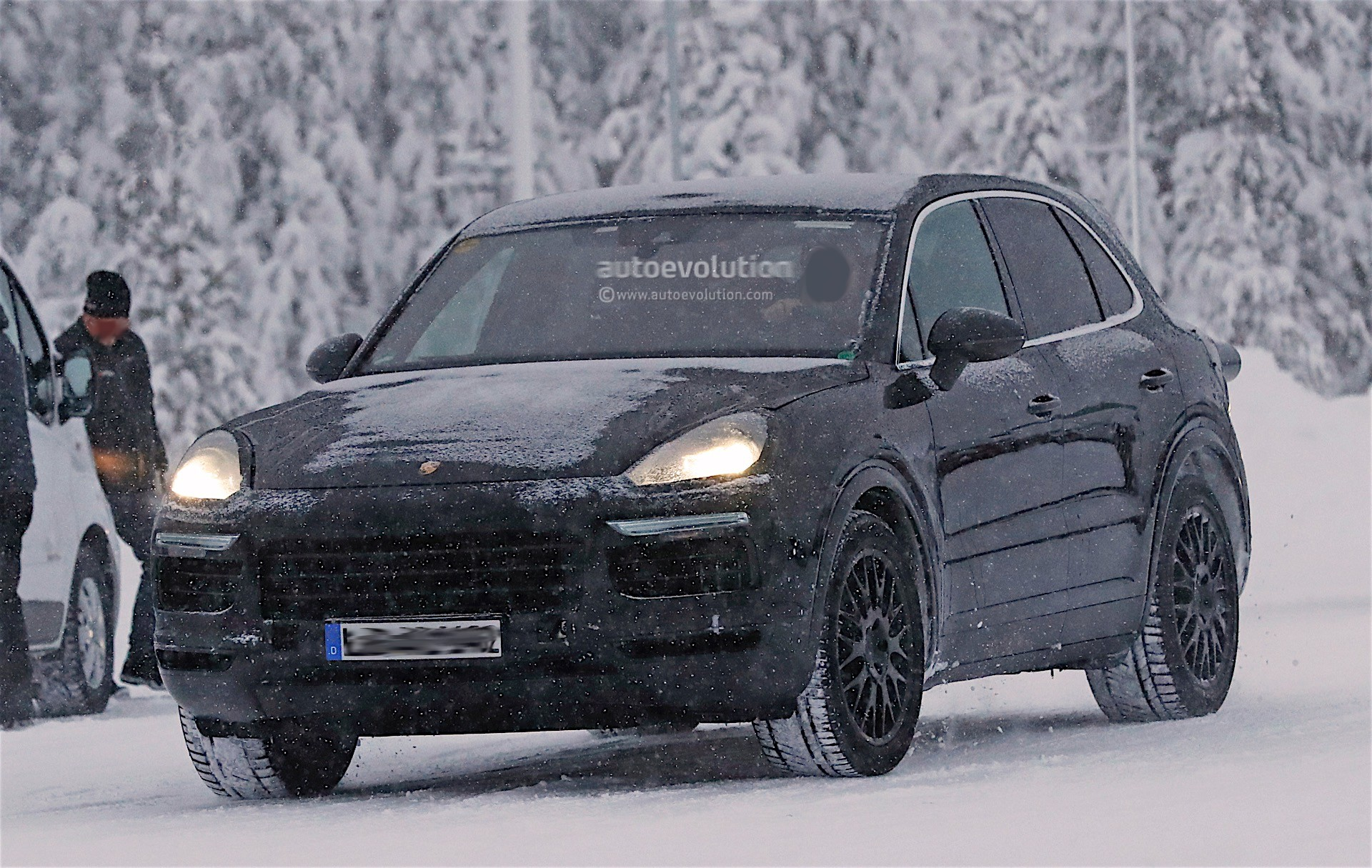 2018 porsche cayenne spied playing in the snow autoevolution. Black Bedroom Furniture Sets. Home Design Ideas