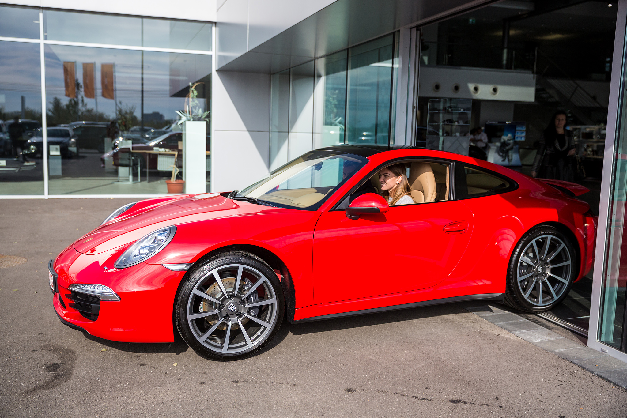 Old Car Dealership >> Porsche Gives Simona Halep a Red 911 Carrera 4 - autoevolution