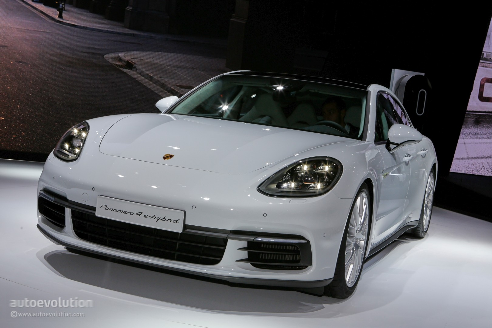 porsche panamera range could add hybrid v8 model autoevolution. Black Bedroom Furniture Sets. Home Design Ideas