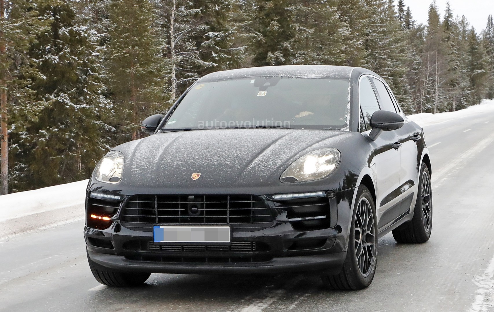 2018 porsche macan facelift. plain 2018 2018 porsche macan facelift spied undergoing winter testing and porsche macan facelift