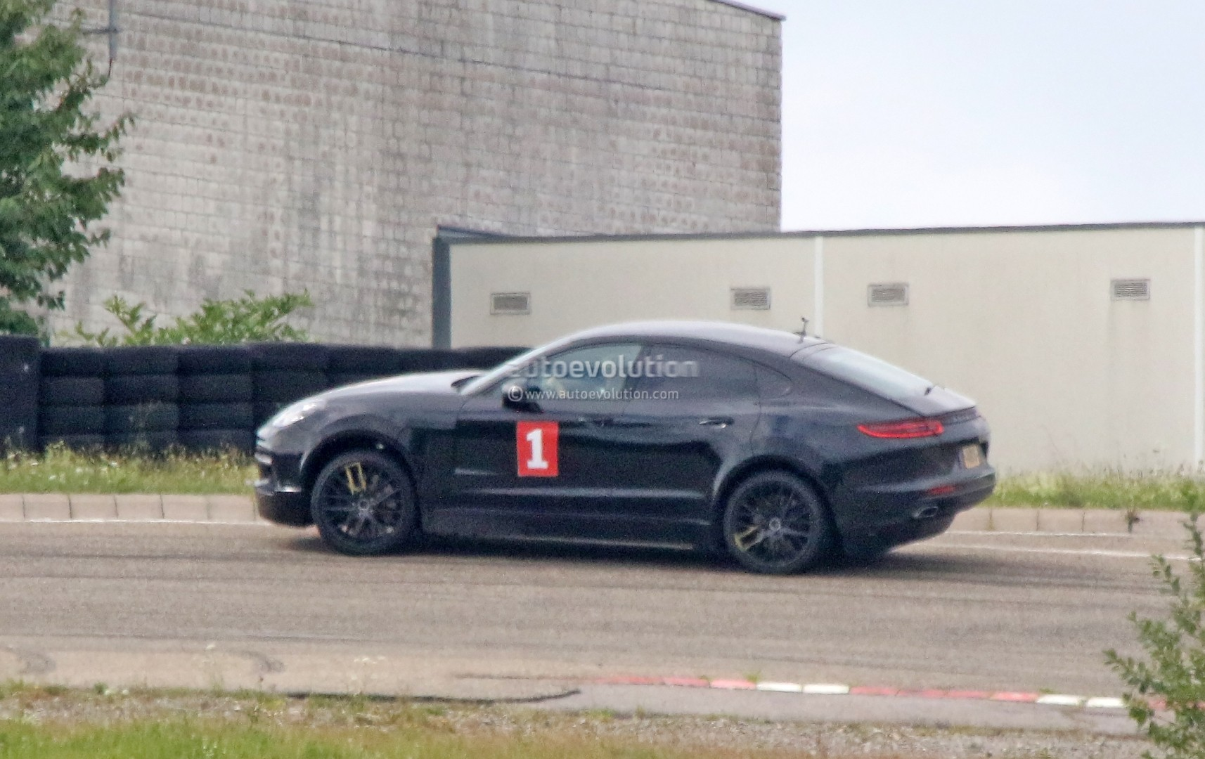porsche cayenne coupe sahara makes spyshot debut as lifted panamera test car autoevolution. Black Bedroom Furniture Sets. Home Design Ideas