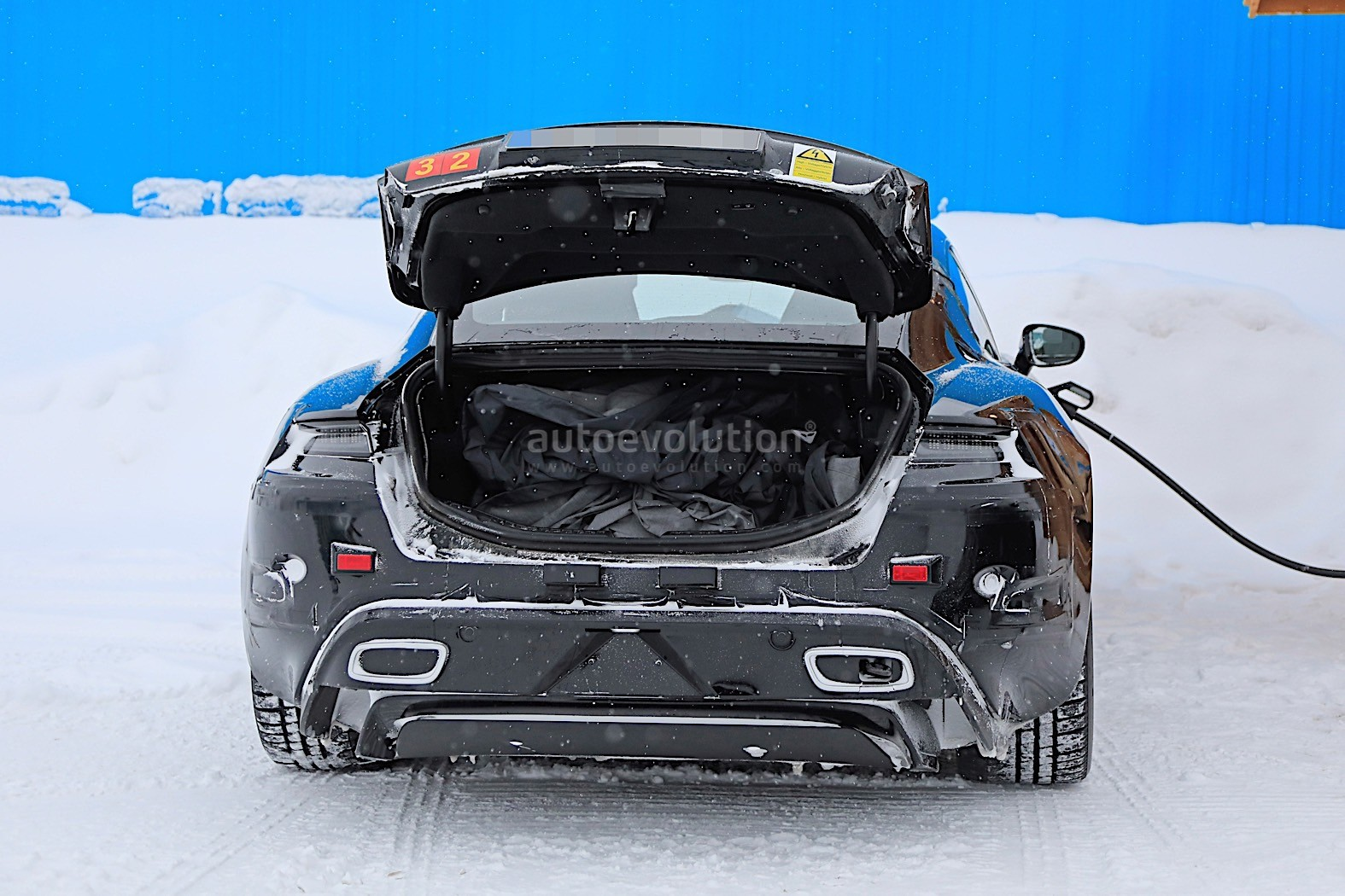 2019 - [Porsche] Taycan [J1] - Page 4 Porsche-taycan-caught-charging-paparazzis-have-a-field-day_14