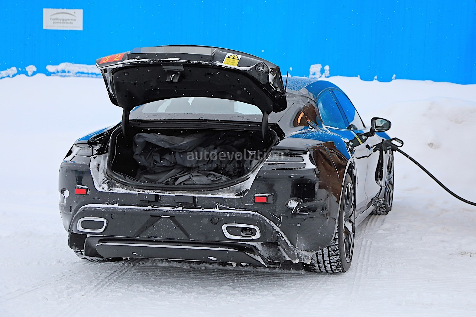 2019 - [Porsche] Taycan [J1] - Page 4 Porsche-taycan-caught-charging-paparazzis-have-a-field-day_15