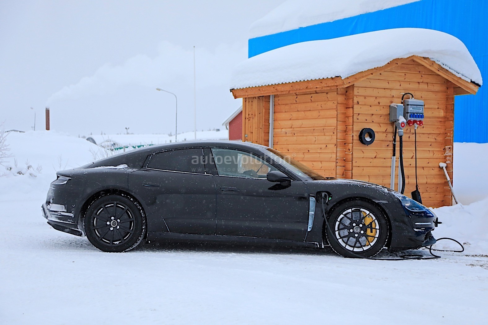 2019 - [Porsche] Taycan [J1] - Page 4 Porsche-taycan-caught-charging-paparazzis-have-a-field-day_17