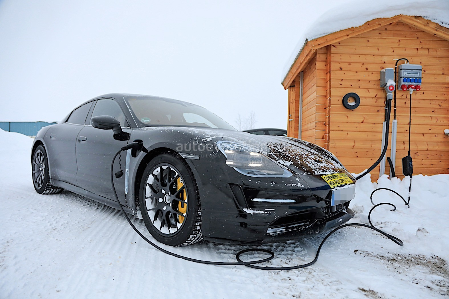 2019 - [Porsche] Taycan [J1] - Page 4 Porsche-taycan-caught-charging-paparazzis-have-a-field-day_31