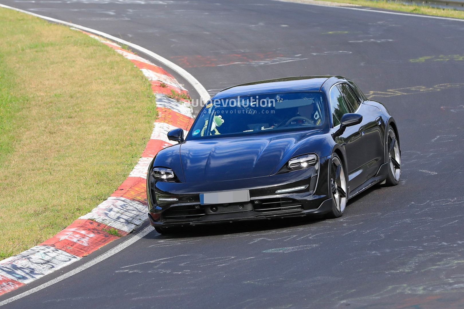 2020 - [Porsche] Taycan Sport Turismo - Page 2 Porsche-taycan-cross-turismo-spied-testing-hard-at-the-nurburgring_1