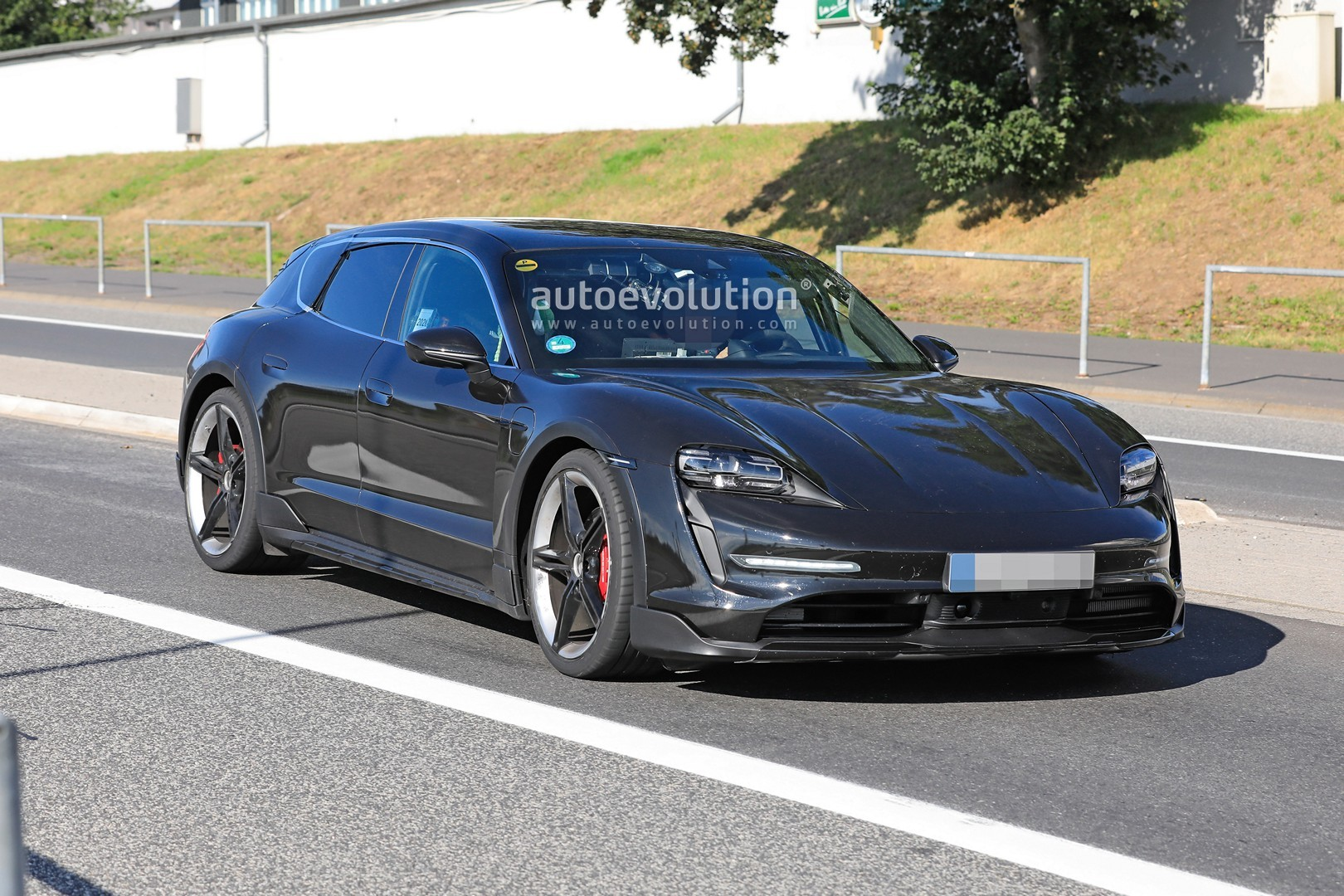 2020 - [Porsche] Taycan Sport Turismo - Page 2 Porsche-taycan-cross-turismo-spied-testing-hard-at-the-nurburgring_10