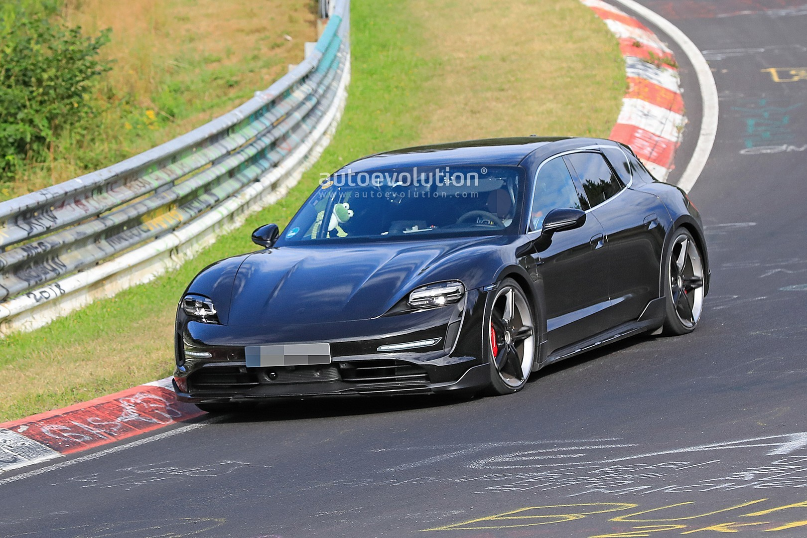 2020 - [Porsche] Taycan Sport Turismo - Page 2 Porsche-taycan-cross-turismo-spied-testing-hard-at-the-nurburgring_2