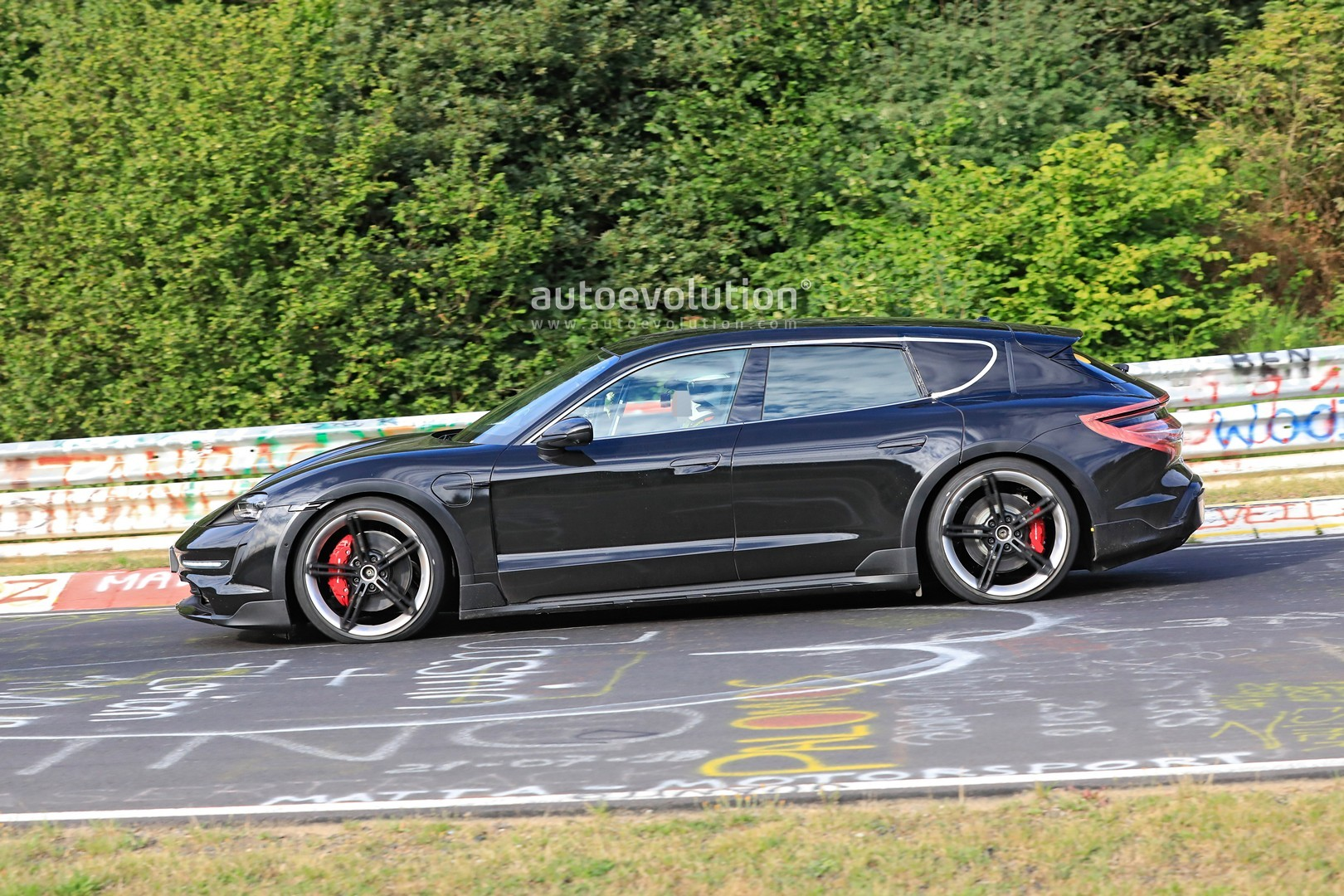 2020 - [Porsche] Taycan Sport Turismo - Page 2 Porsche-taycan-cross-turismo-spied-testing-hard-at-the-nurburgring_4