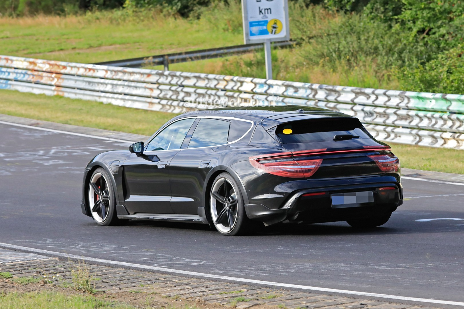 2020 - [Porsche] Taycan Sport Turismo - Page 2 Porsche-taycan-cross-turismo-spied-testing-hard-at-the-nurburgring_6