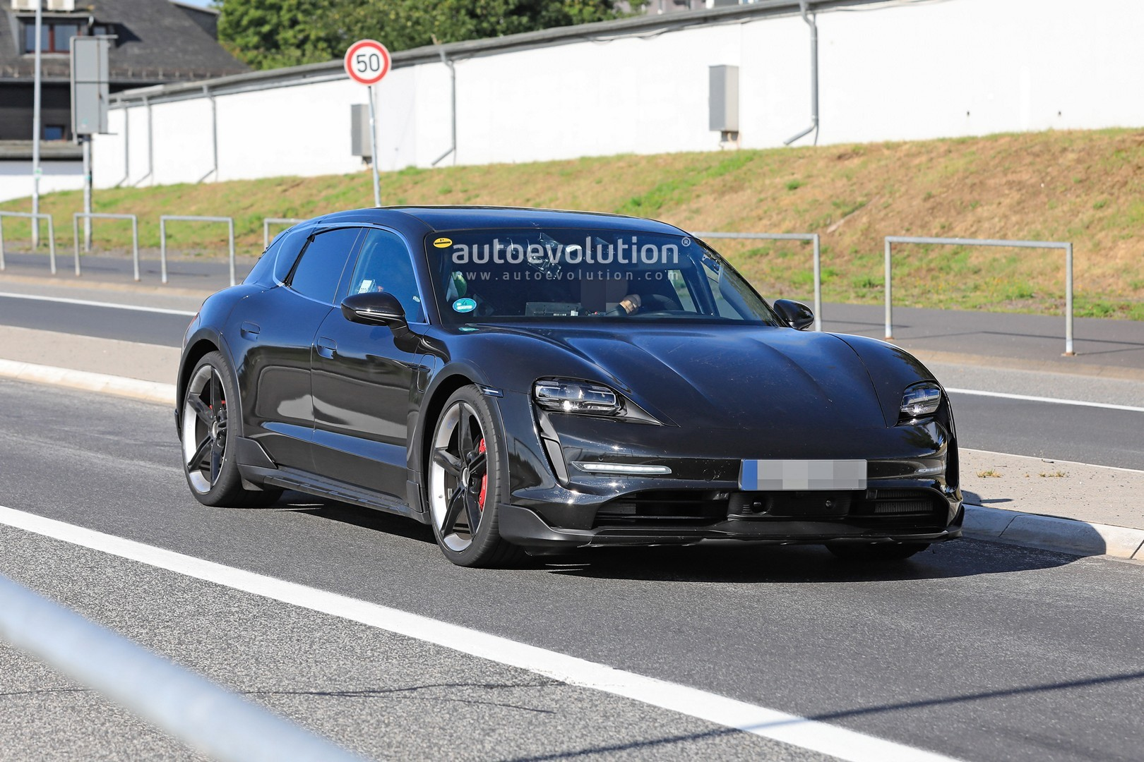 2020 - [Porsche] Taycan Sport Turismo - Page 2 Porsche-taycan-cross-turismo-spied-testing-hard-at-the-nurburgring_9