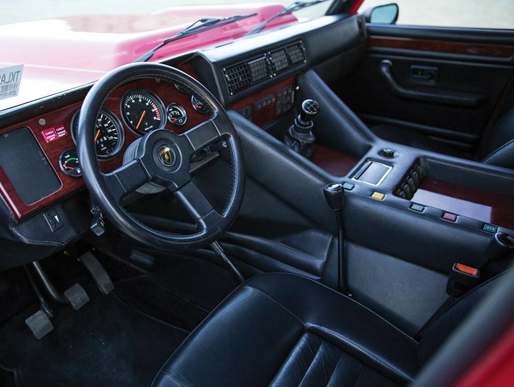 Фото салона Lamborghini LM002