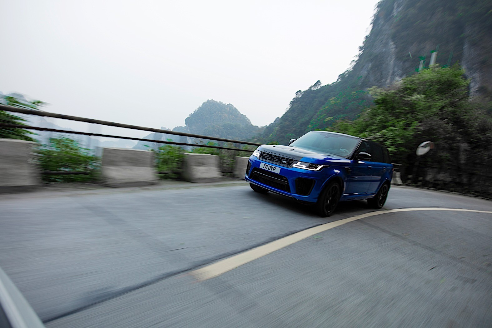 Watch the Range Rover Sport SVR Shred Tianmen Mountain's 99 Turns
