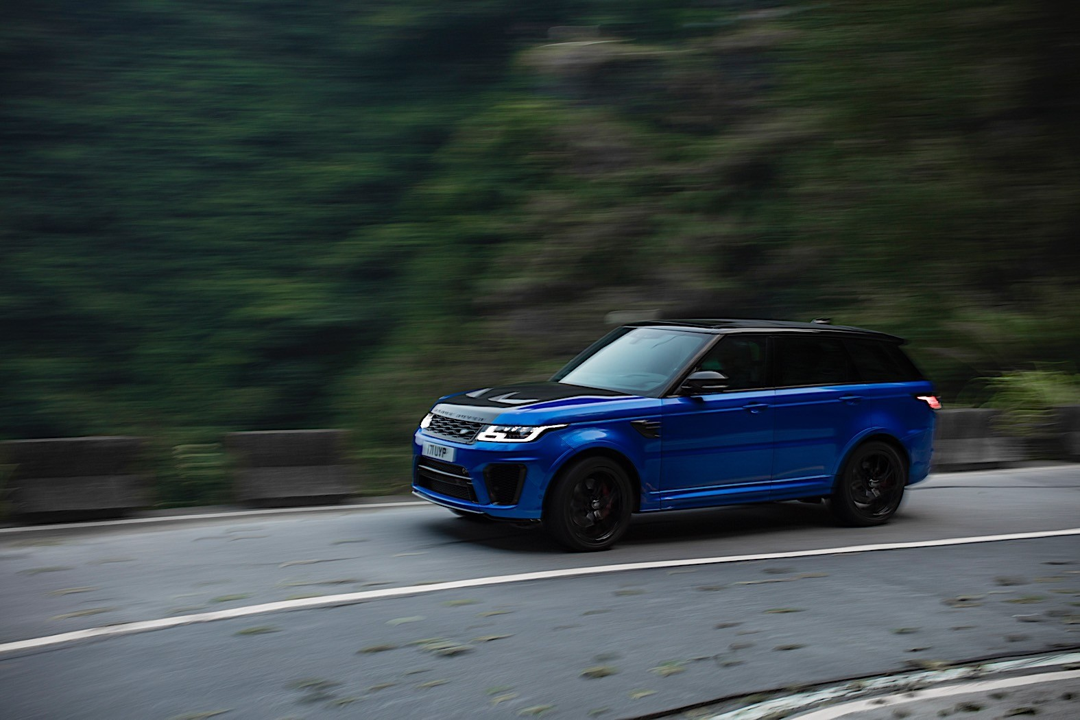 range rover sport svr beats ferrari 458 italia record on. Black Bedroom Furniture Sets. Home Design Ideas