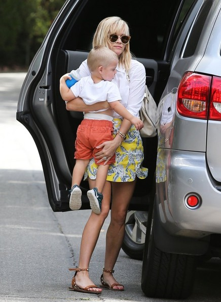 Reese Witherspoon Takes Tennessee To Baby Class In Her Toyota Sequia Autoevolution