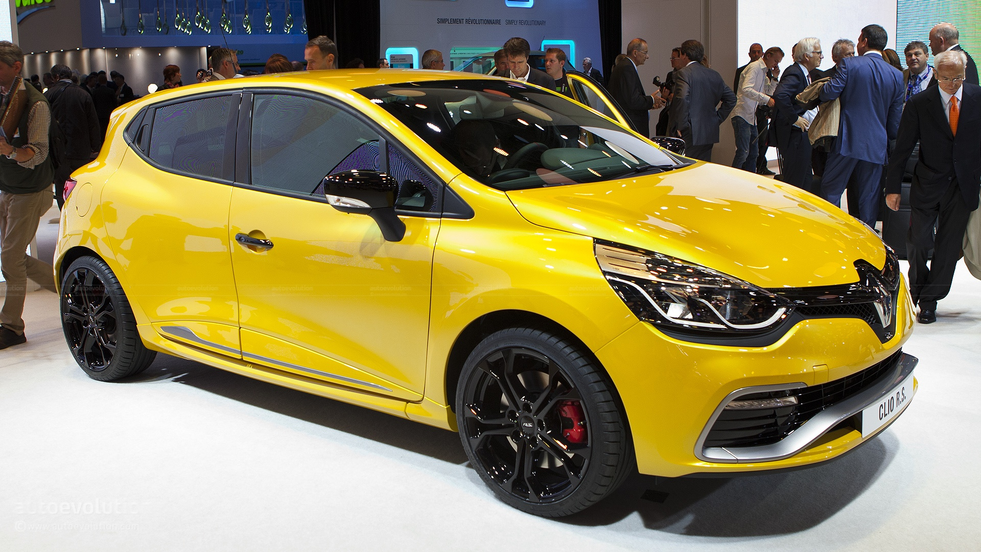 renault clio 4 rs 200 scooped in paris autoevolution. Black Bedroom Furniture Sets. Home Design Ideas