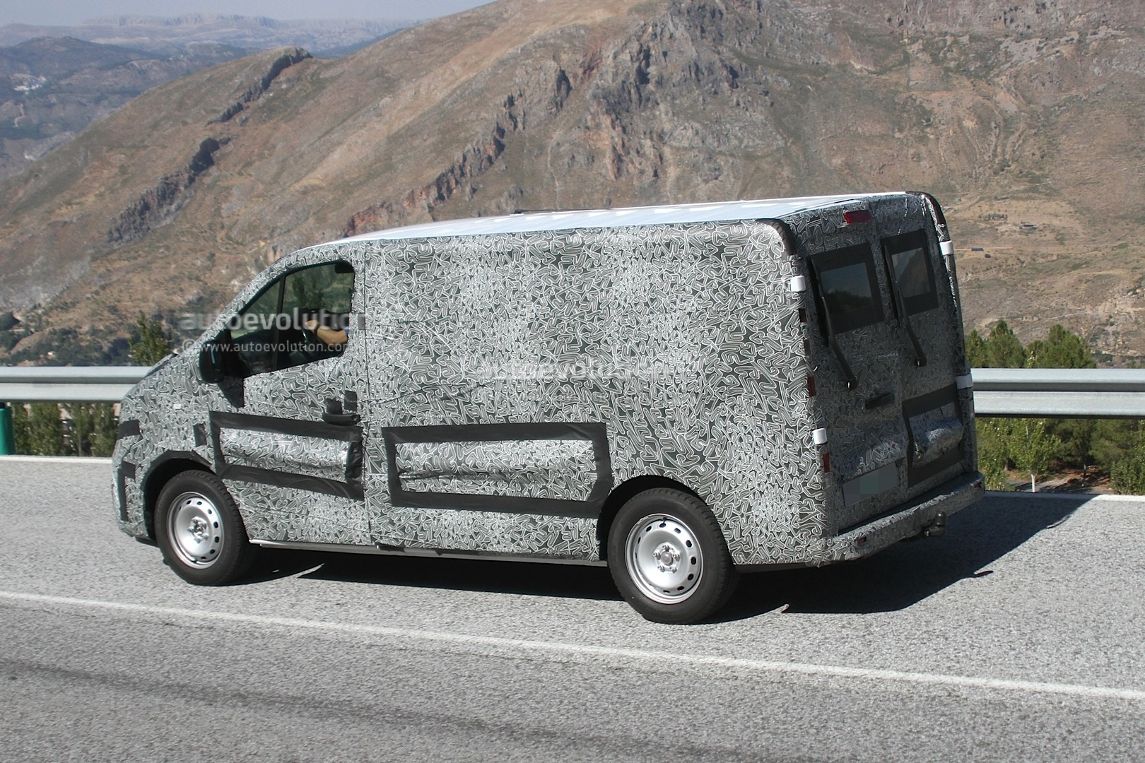 Renault Releases Sketch of New Trafic Van for 2014 - photo gallery
