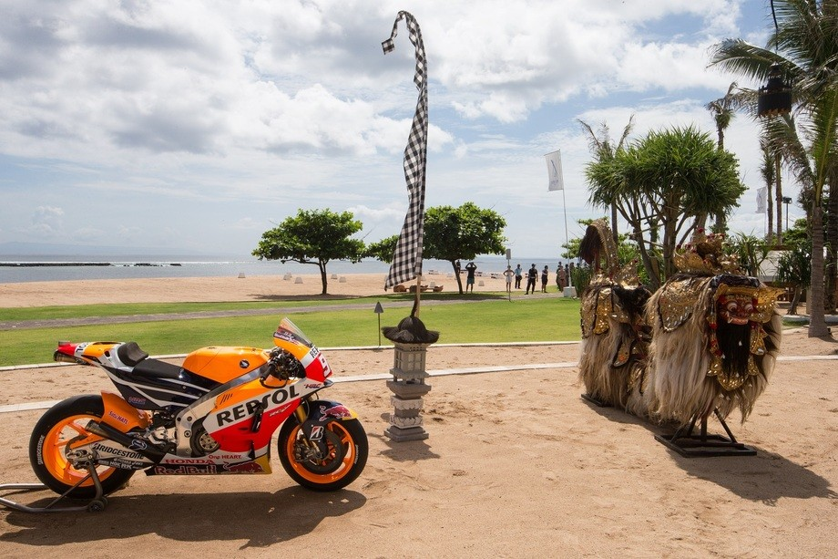 repsol honda shows 2015 motogp bike  but some says it u2019s the 2014 model