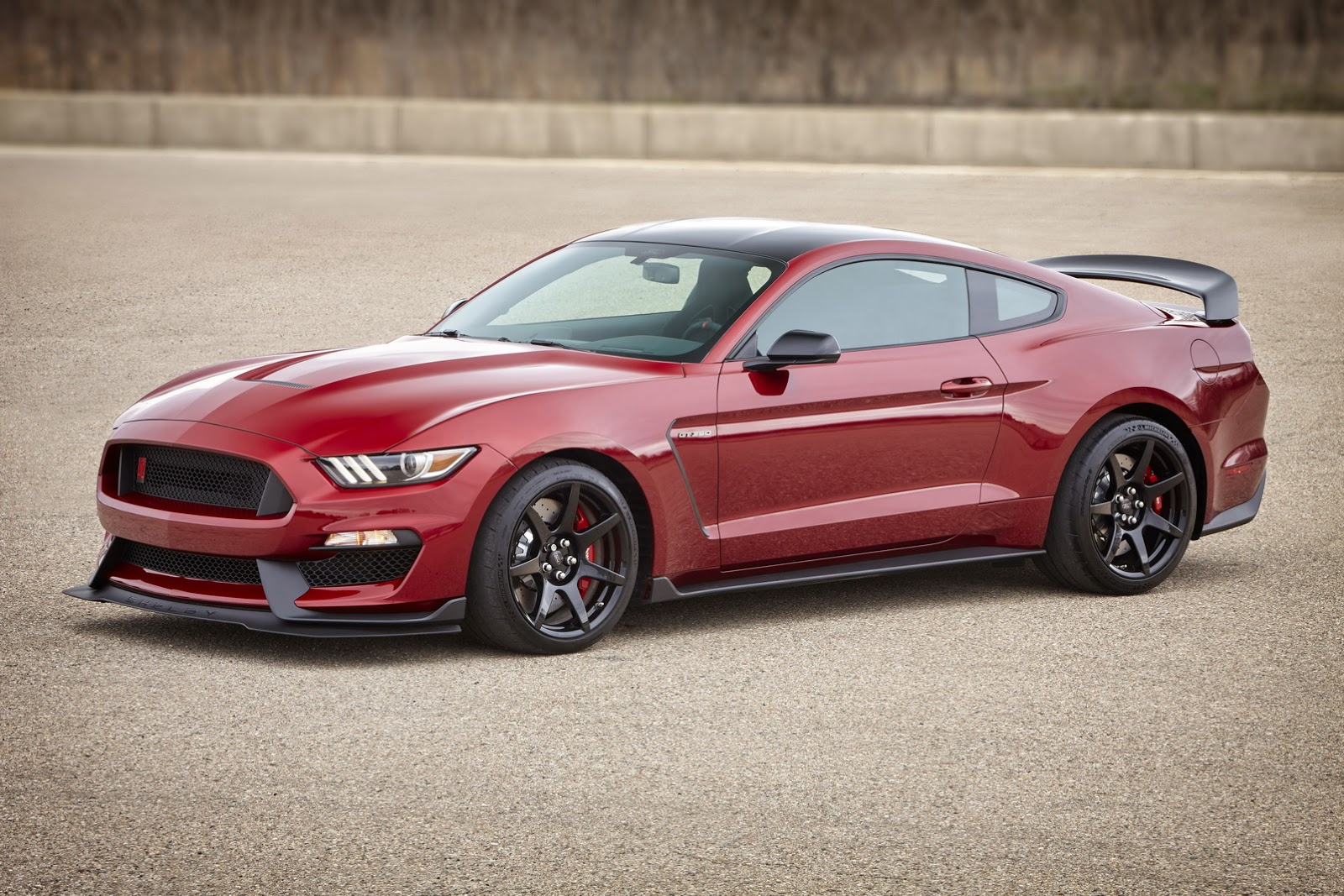 Gt350r Review >> Reviewer Calls The Shelby Gt350r The Ultimate Ford Mustang