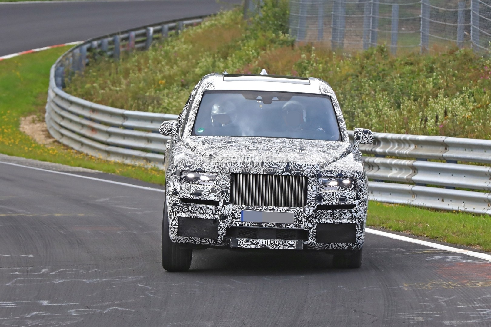 Rolls-Royce Phantom VIII Has Aluminum Platform and an Onboard Art Gallery