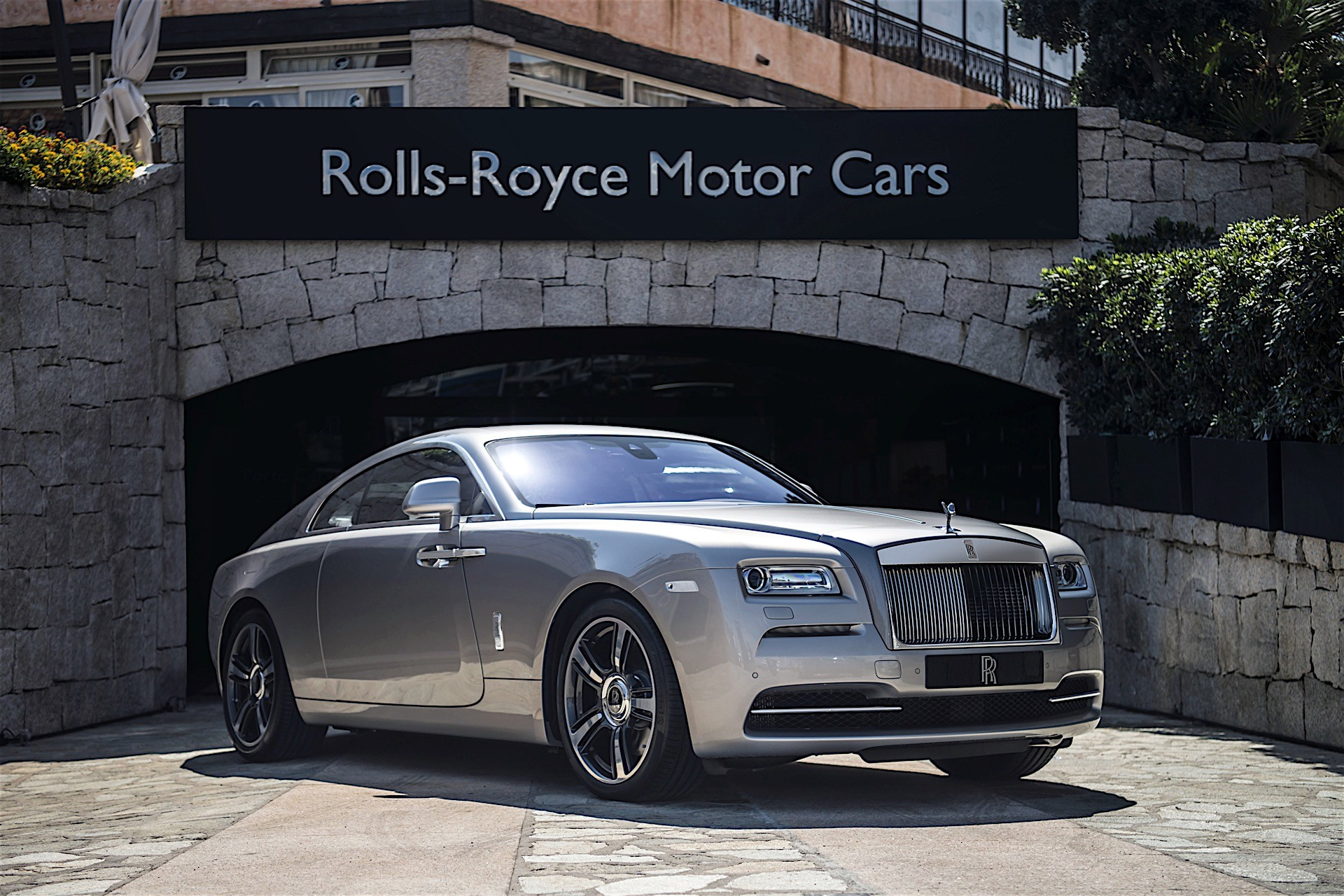 Rolls royce opens first studio in asia for top notch for Rolls royce auto