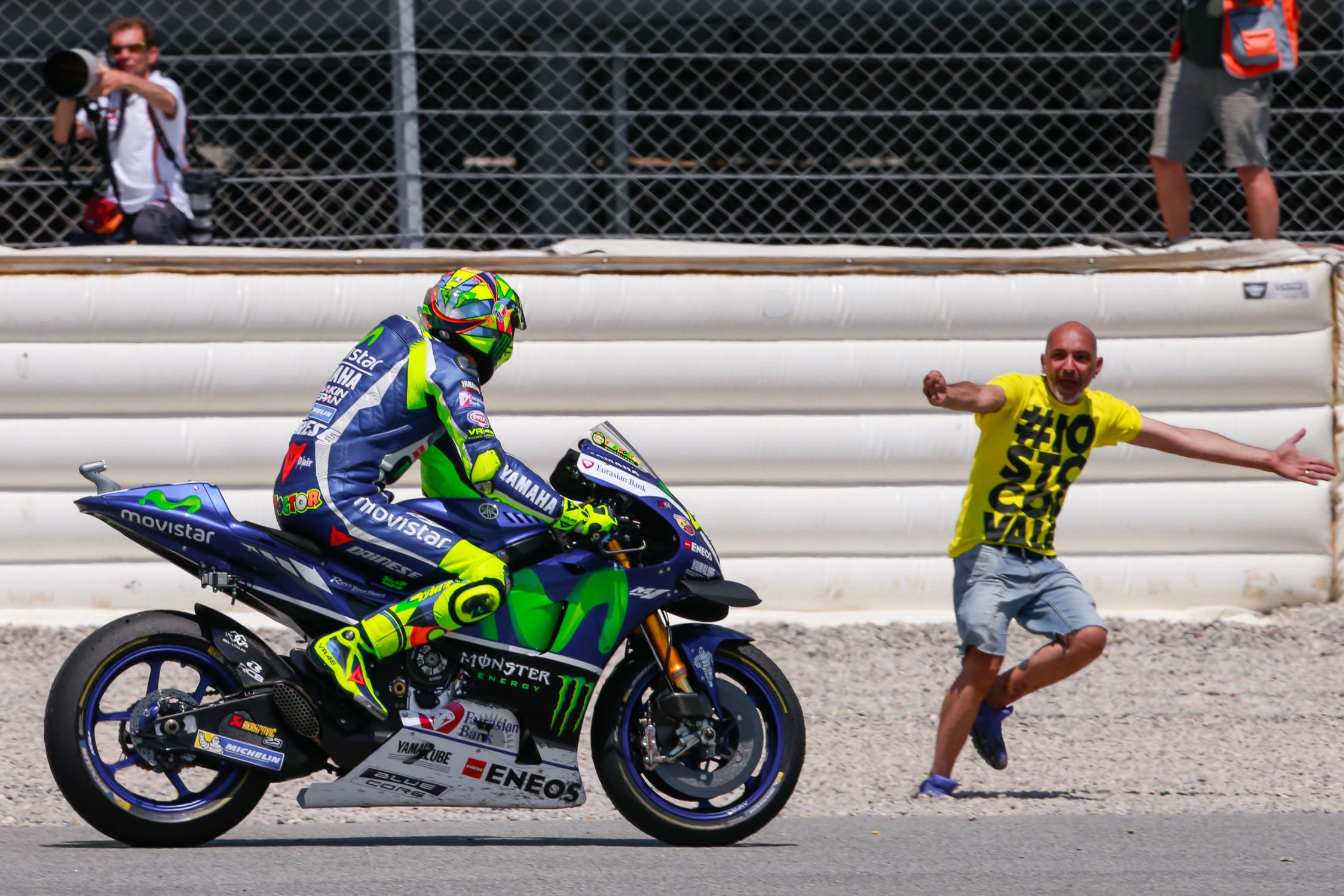 Rossi Gives MotoGP Masterclass in Barcelona as Iannone Guns Lorenzo Down - autoevolution