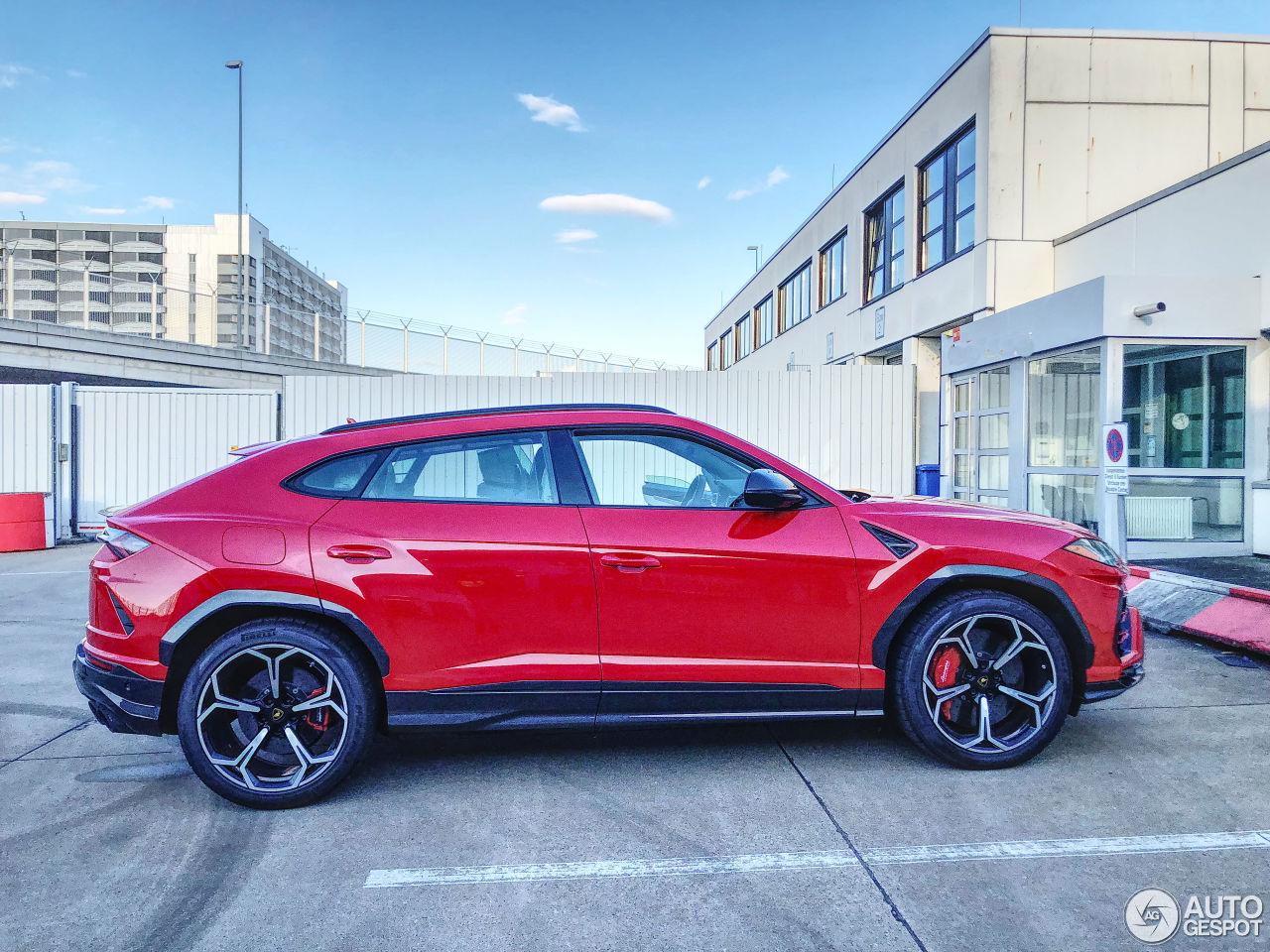 Rosso Mars Lamborghini Urus Looks like a Plus-Sized Supercar