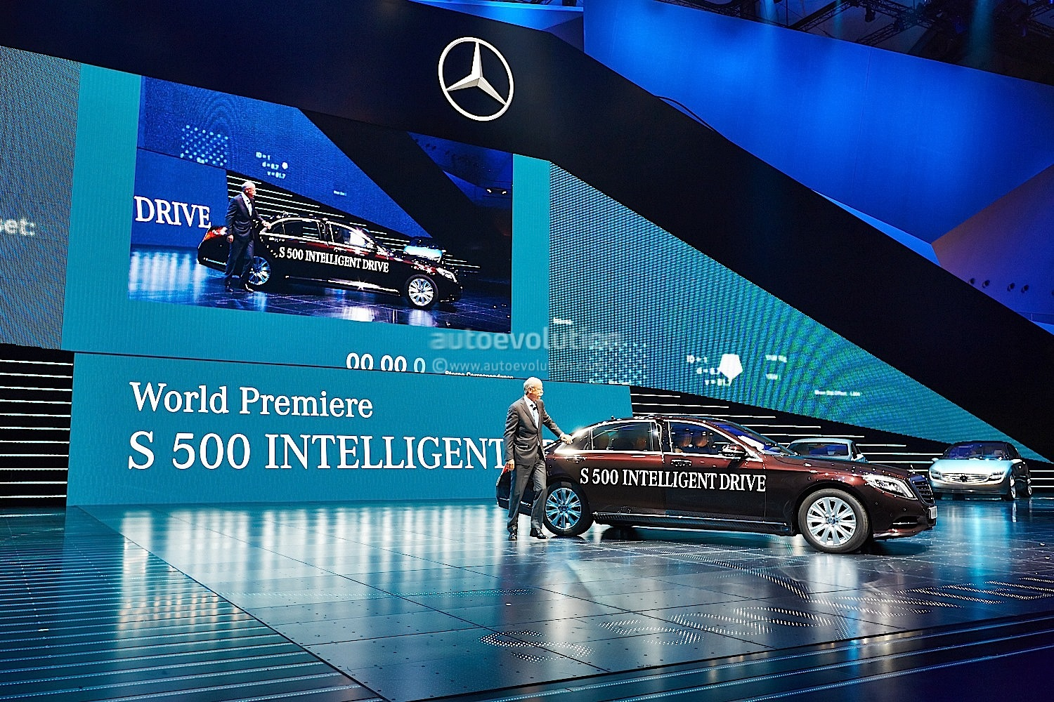 S 500 intelligent drive brings itself onto the mercedes for Mercedes benz financial services phone number