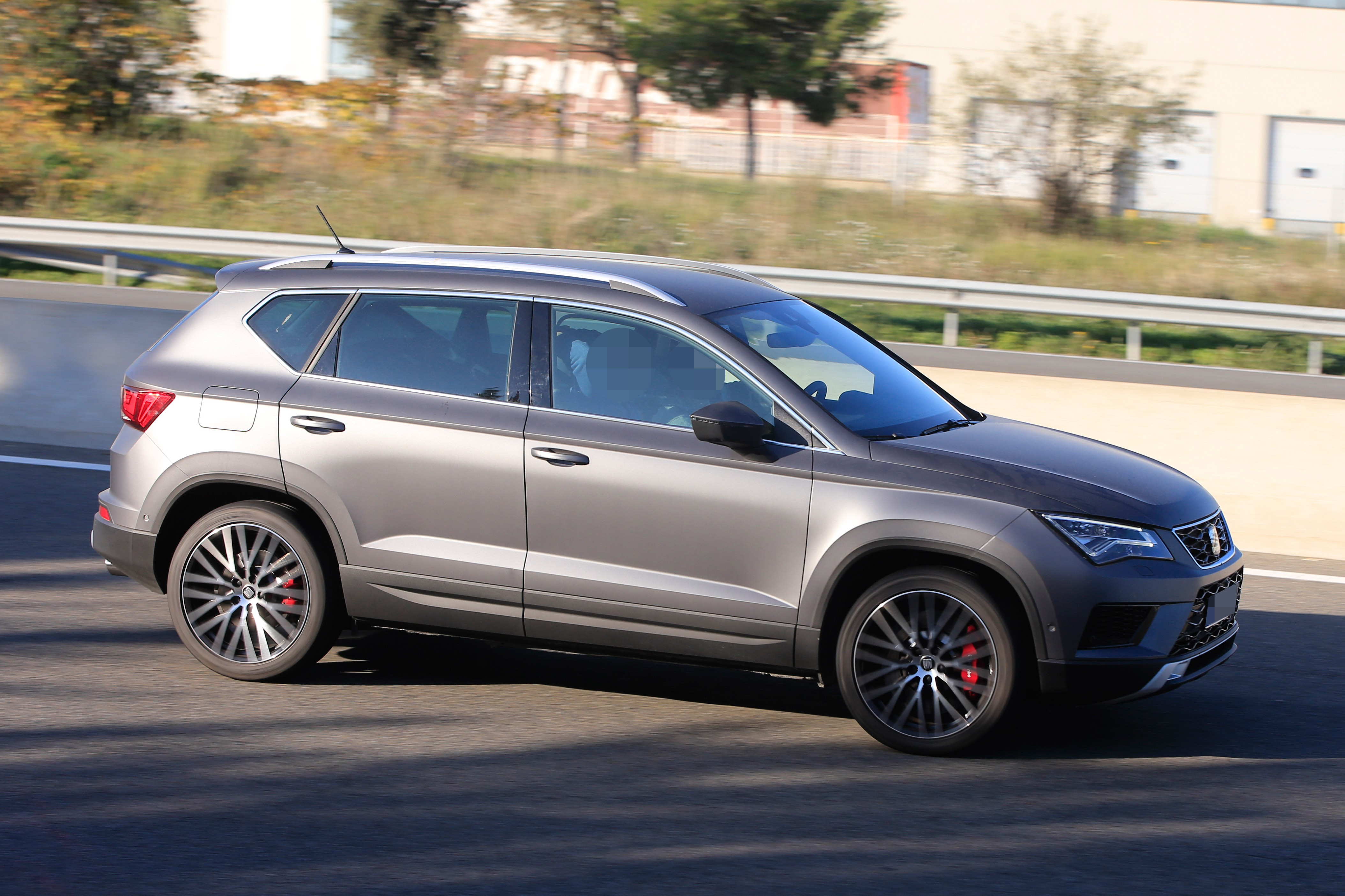 2016 - [Seat] Ateca - Page 21 Seat-ateca-cupra-spied-in-full-view-while-testing-in-spain_5