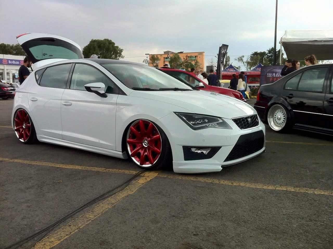 seat leon 5f lowrider with red bentley wheels resides in. Black Bedroom Furniture Sets. Home Design Ideas