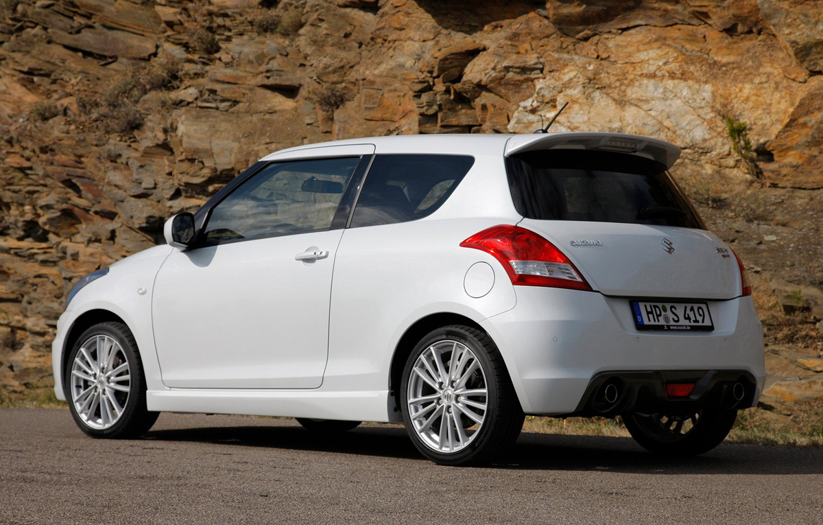 seat leon sc vs suzuki swift sport why bigger is better autoevolution. Black Bedroom Furniture Sets. Home Design Ideas