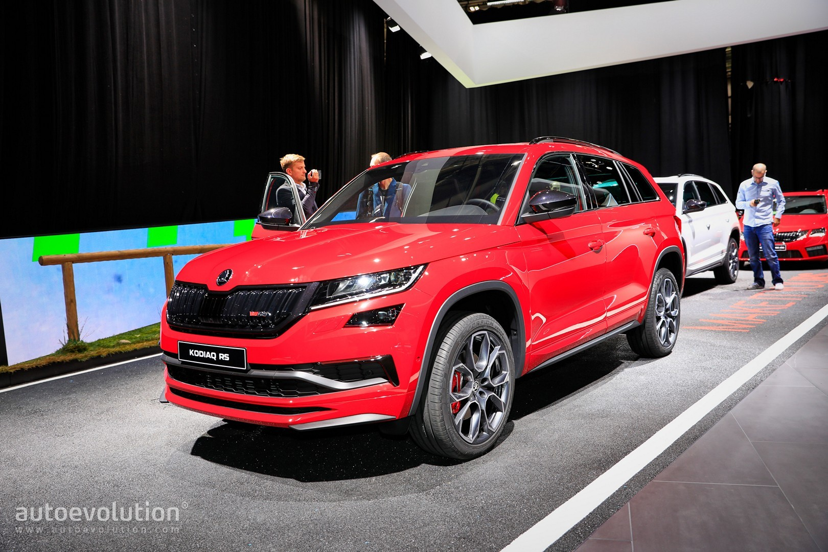 skoda kodiaq rs explores the limits of family cars in paris autoevolution. Black Bedroom Furniture Sets. Home Design Ideas
