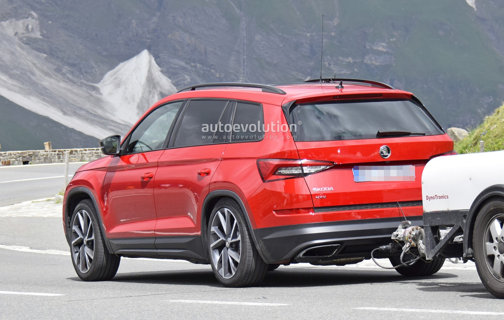 skoda kodiaq rs spied in the alps sabine schmitz is driving it at the 39 ring autoevolution. Black Bedroom Furniture Sets. Home Design Ideas