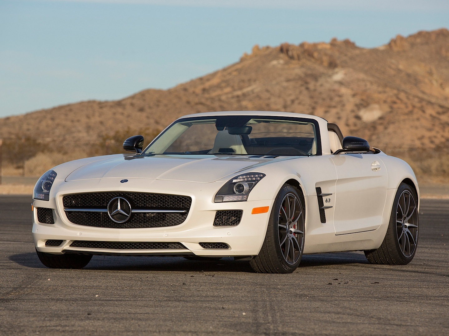 mercedes benz sls amg gt roadster gets reviewed by. Black Bedroom Furniture Sets. Home Design Ideas