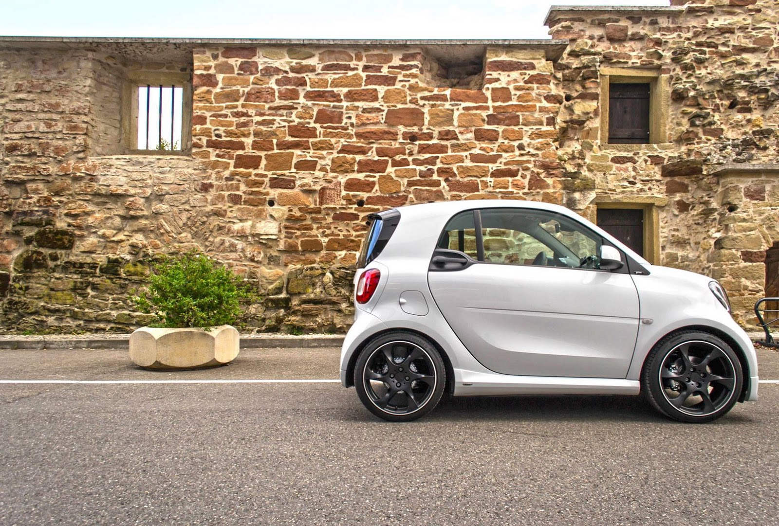 smart fortwo tuned by lorinser looks a little out of place. Black Bedroom Furniture Sets. Home Design Ideas