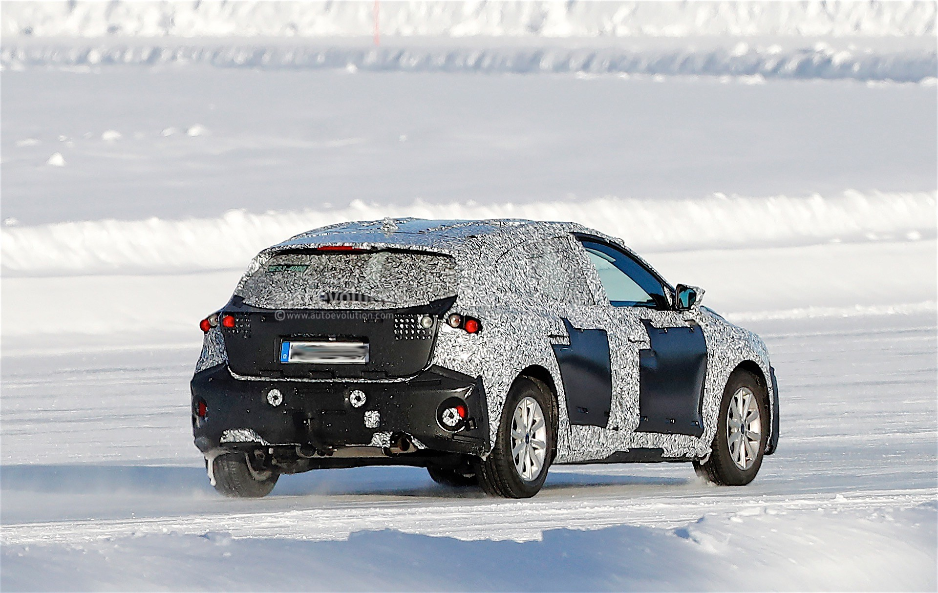 2018 ford focus spied testing on ice somebody likes the beatles autoevolution. Black Bedroom Furniture Sets. Home Design Ideas